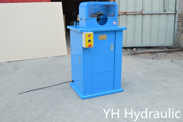 mangueira hidráulica que desbasta a máquina